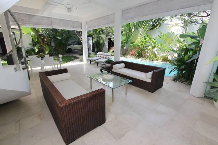 Living+area+overlooking+swimming+pool+-+Villa+Merta+Sari