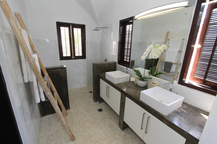 Main+Bathroom+-+Villa+Merta+Sari